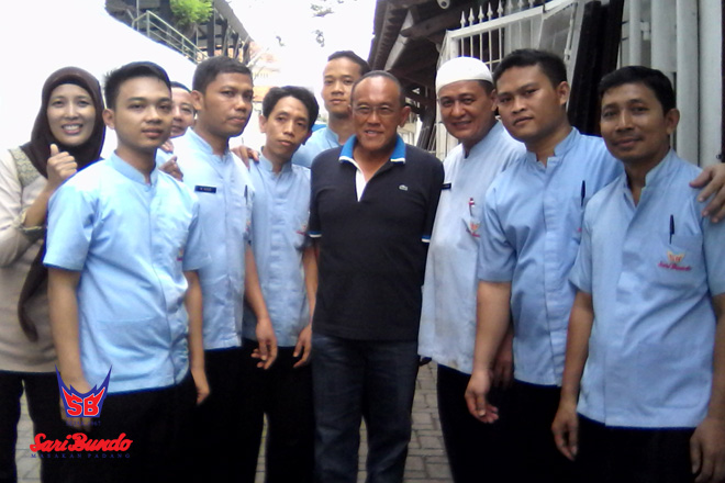 Abu Rizal Bakrie Berfoto dengan Karyawan Restoran Saat Makan di Sari Bundo Juanda