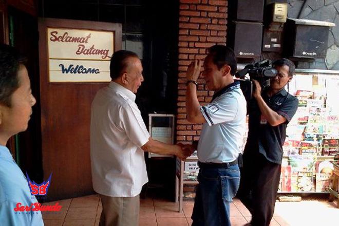 Owner Sari Bundo Menyambut Bang Yos (Sutiyoso) yang Ingin Makan di Sari Bundo Juanda