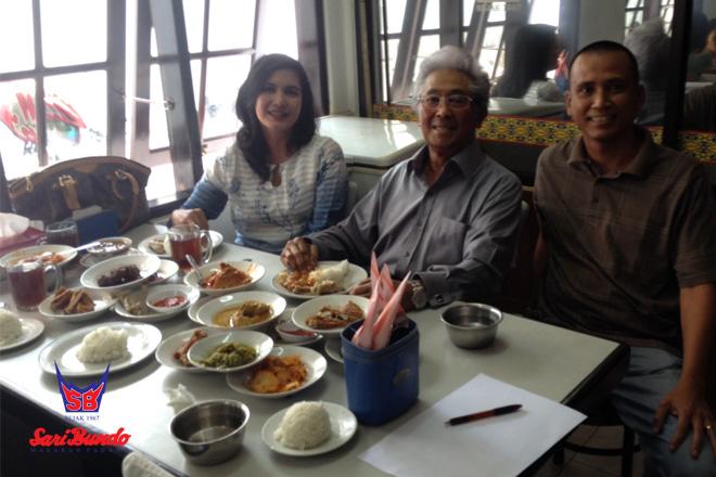 Owner (kanan) Foto Bersama Adnan Buyung Nasution yang Makan di Sari Bundo Juanda