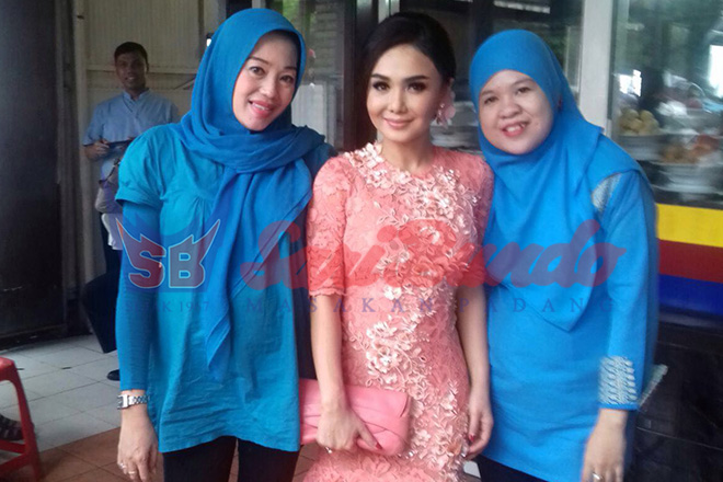 Yuni Shara berkunjung ke RM Sari Bundo Juanda