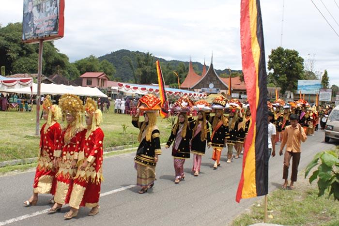Bunsuku-matrilineal-sumbar-gelar-festivaldo kanduang mengelilinggi lapangan sumber antara foto