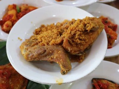 Rahasia Gurih Renyah Ayam Goreng Rumah Makan Padang