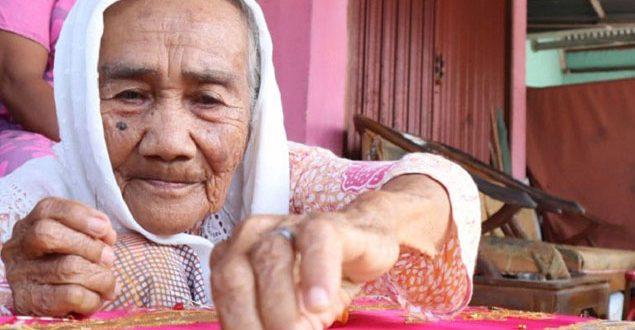 Perempuan Berusia 90 Tahun Menjadi Inspirasi Yang Melestarikan Tradisi