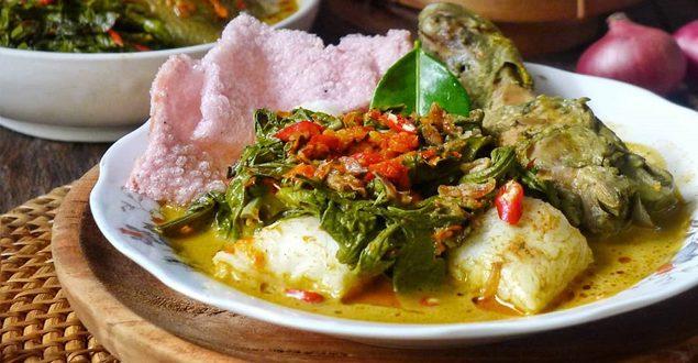 Ketupat Gulai Ayam Paku dan Sambal Ijo Khas Minangkabau
